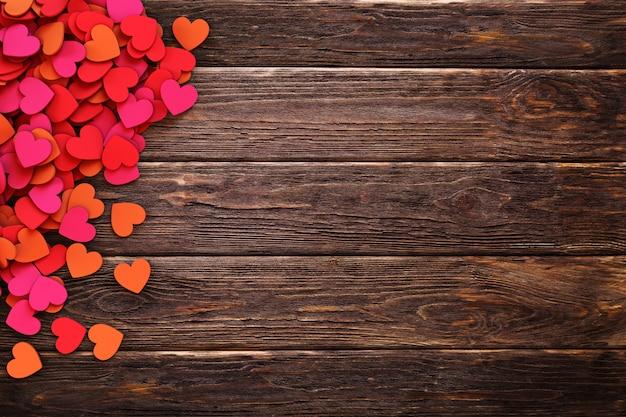 Amore cuori su fondo in legno d'epoca. illustrazione di rendering 3d