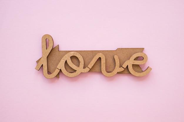 Amore elegante che scrive sulla freccia di legname