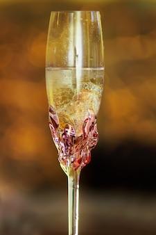 Amore fedi nuziali bicchiere di champagne