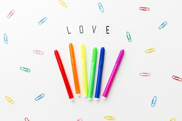 Amore orgoglio e graffette colorate di cancelleria