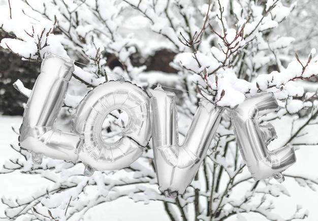 Amore palloncino in mezzo alla neve