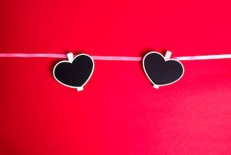 Amore per il giorno di San Valentino - Cuori rossi appesi insieme