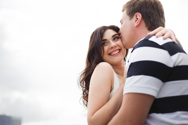 Amore relazione sentimentale. coppia di trascorrere del tempo insieme nel parco