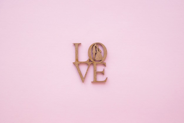 Amore scolpito scrivendo con sagome di coppia