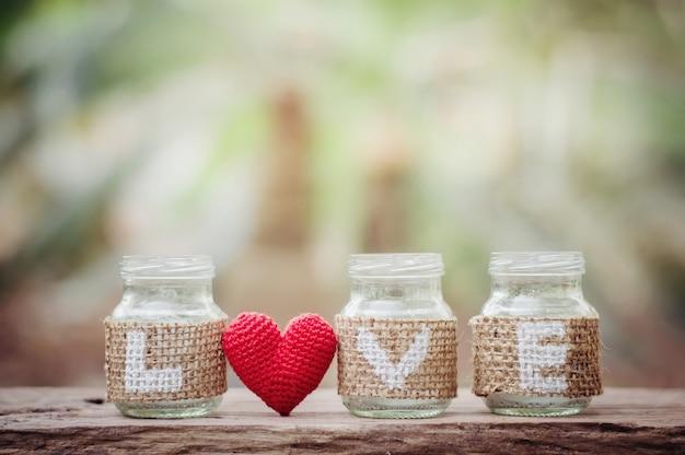 Amore sulla bottiglia con cuore rosso per il giorno di san valentino o sfondo di nozze