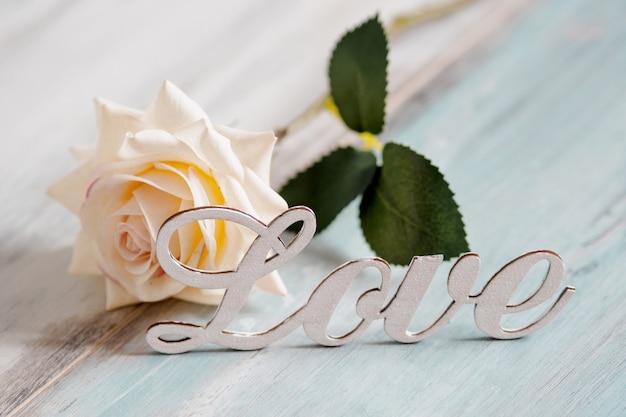 Amore testo con rosa bianca. concetto di san valentino