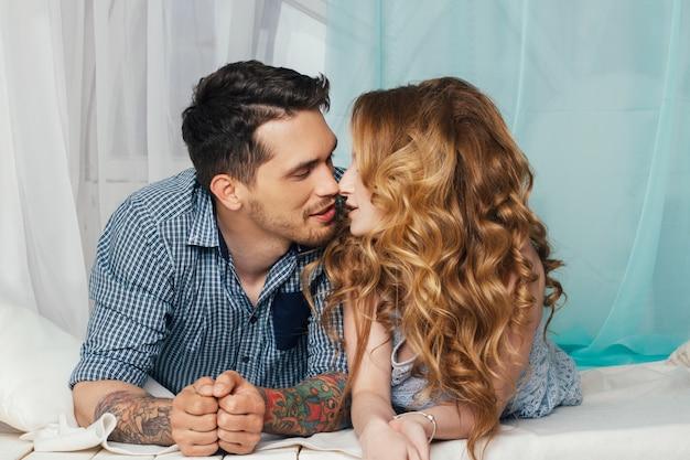 Amorevole coppia si trova vicino alla finestra tenera e romantica