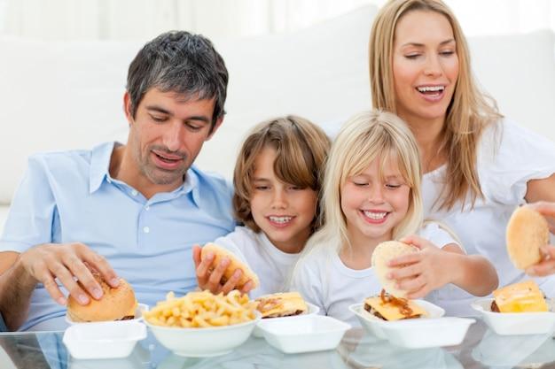 Amorevole famiglia che mangia hamburger
