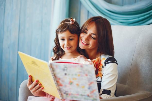 Amorevole madre con sua figlia