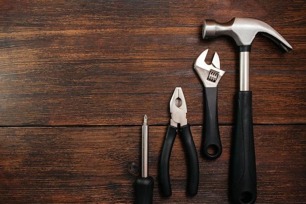 Ampia gamma di utensili domestici su un tavolo di legno scuro