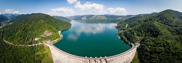 Ampia ripresa panoramica aerea del lago bicaz