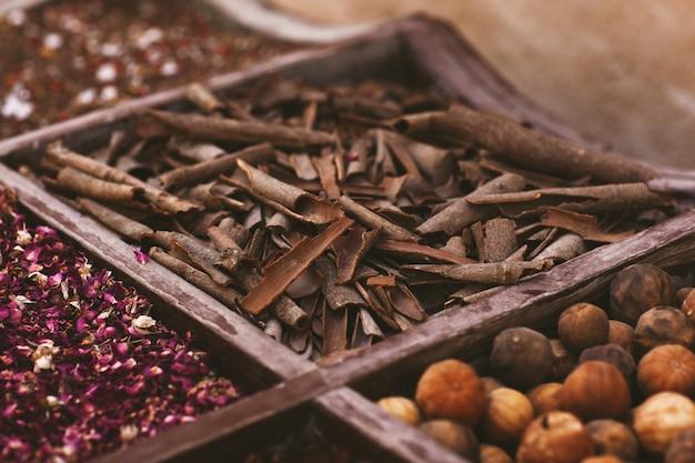 Ampia selezione di diverse spezie sul mercato