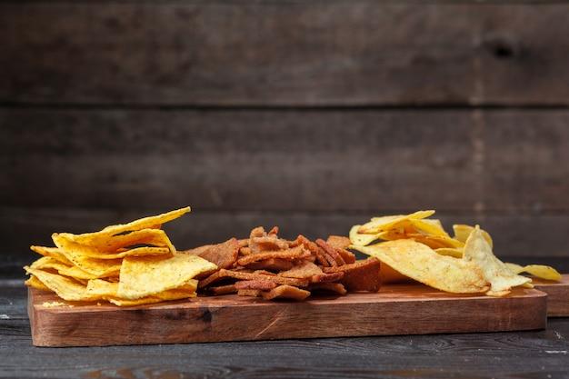 Ampia selezione di snack per birra su fondo in legno