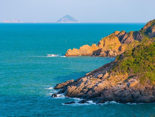 Ampia vista sulla pittoresca baia tropicale, lussureggiante bosco verde e blu ondeggiante mare. la costa più orientale del vietnam, provincia di phu yen tra da nang e nha trang.