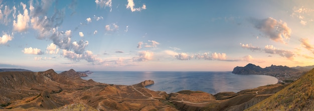 Ampio panorama con vista su koktebel, cape chameleon e mar nero al tramonto. crimea. europa orientale