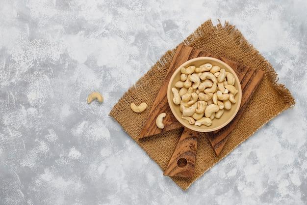 Anacardi in piatto ceramico sulla vista superiore concreta