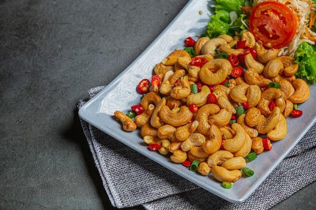 Anacardi piccanti conditi con peperoncino piccante tritato.