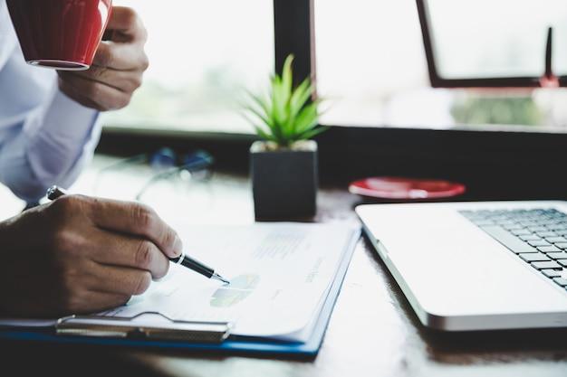Analisi dell'uomo d'affari che lavora discutendo i grafici e grafici che mostrano i risultati.