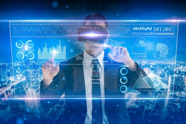 Analisi dell'uomo d'affari sullo schermo digitale, sull'interfaccia virtuale futuristica digitale tecnologica, sulla strategia aziendale e sul concetto di grandi quantità di dati.