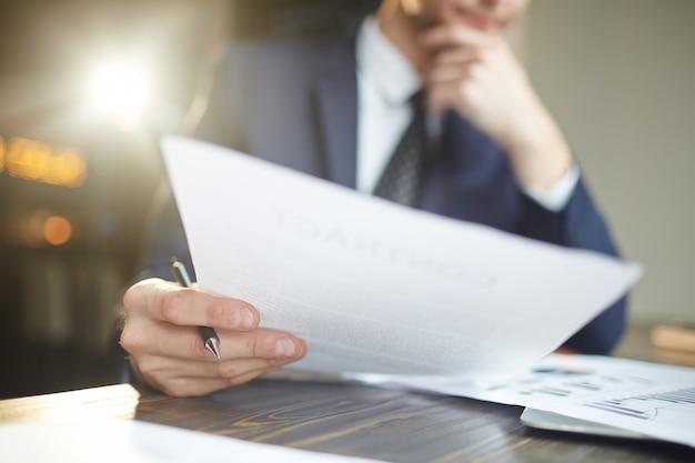 Analitico di affari che lavora con i documenti