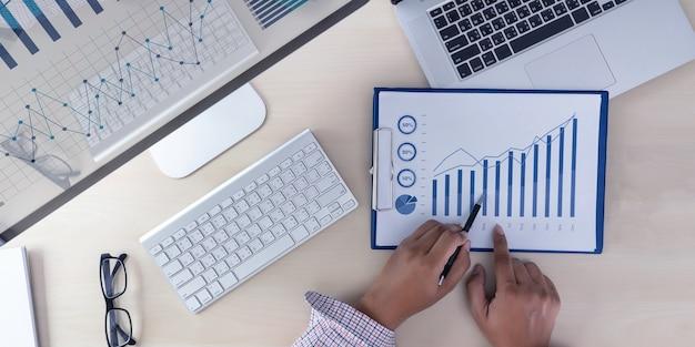Analizzando il lavoro contabilità sul concetto di investimento laptop.