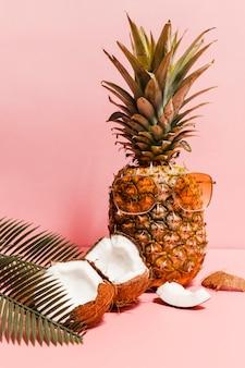 Ananas con disposizione degli occhiali da sole