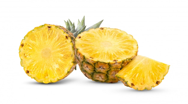 Ananas con le fette isolate su bianco