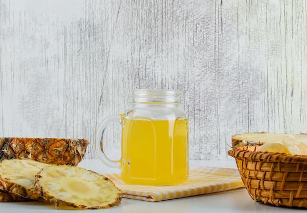 Ananas con succo di frutta e strofinaccio da cucina