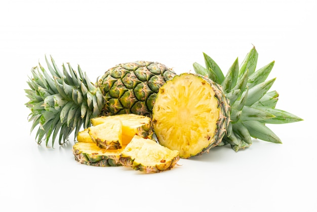 Ananas fresco su bianco