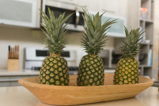 Ananas in un cestino alla cucina moderna