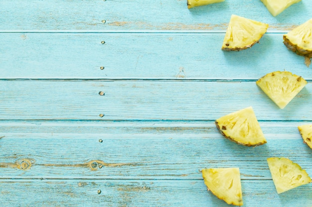 Ananas maturo estate frutti tropicali su sfondo turchese pastello. concetto di frutta estiva