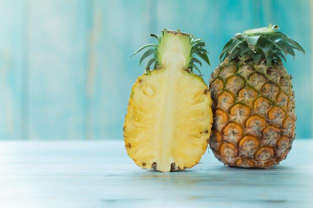 Ananas maturo estate frutti tropicali su turchese pastello