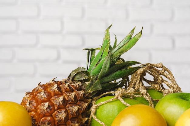 Ananas, mele verdi e albicocca sul tavolo