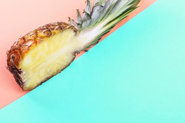 Ananas mezzo su brillante layout creativo, copia spazio.