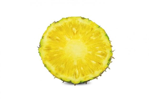 Ananas organico con ananas con metà e fette isolate su bianco