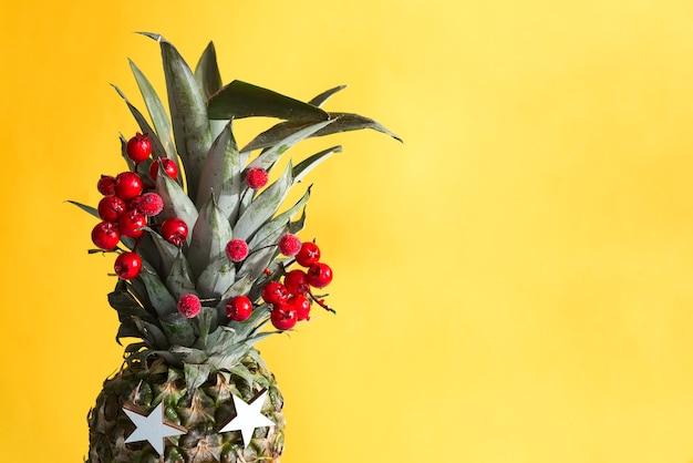 Ananas partito su uno sfondo colorato. il concetto di un biglietto di auguri