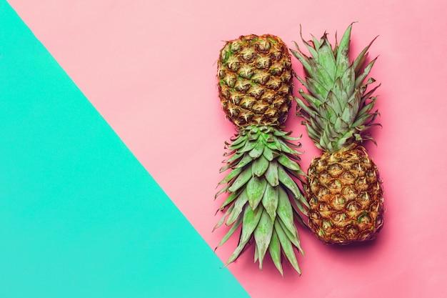Ananas su carta colorata