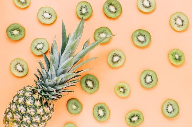 Ananas su fette di kiwi fresco