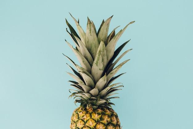 Ananas su sfondo blu