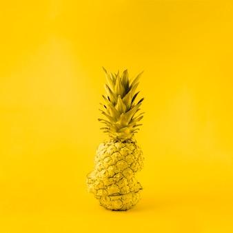 Ananas succoso su sfondo giallo