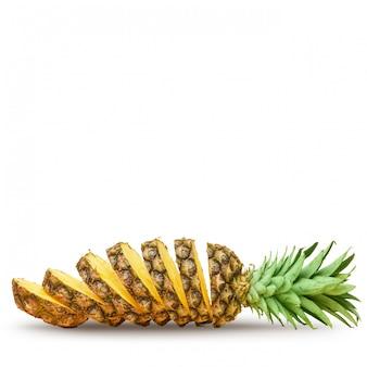Ananas succoso, tagliato a pezzi su uno sfondo bianco. isolato.