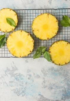 Ananas sul tavolo di legno. ananas tropicale affettato sul tagliere di legno con lo spazio della copia. vista dall'alto