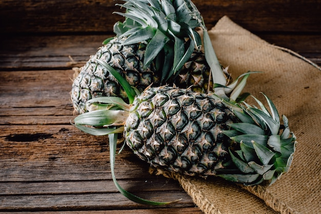 Ananas sul tavolo di legno