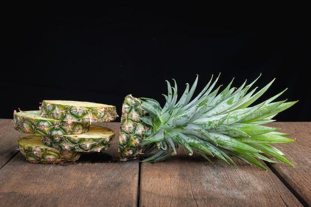 Ananas sul vecchio tavolo di legno