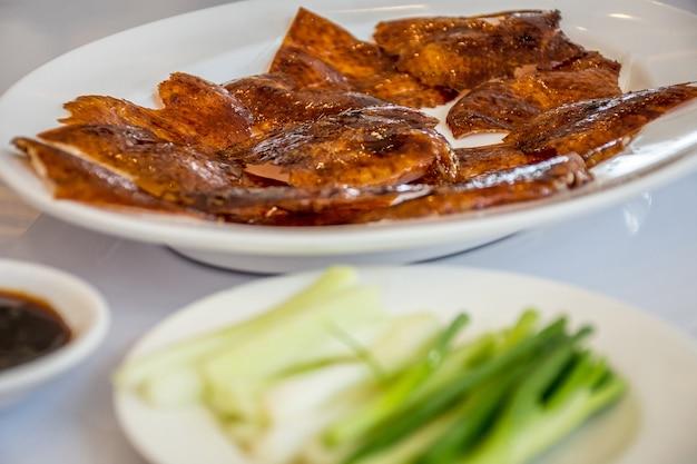 Anatra alla pechinese o anatra arrosto di pechino è un alimento cinese che ha una pelle d'anatra arrosto sottile