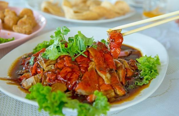 Anatra arrostita cinese servita sul piatto bianco