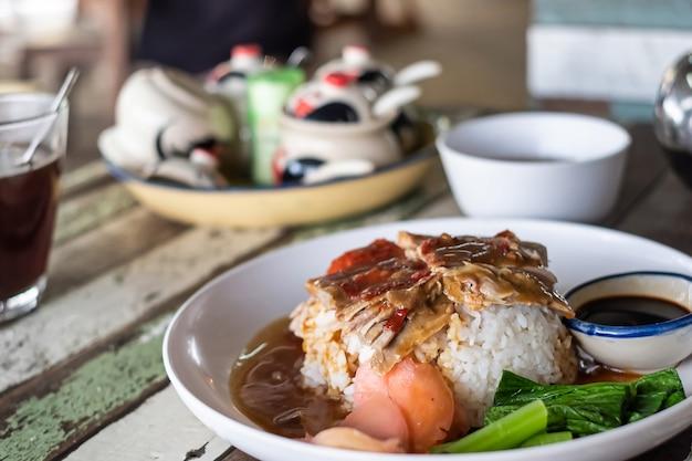 Anatra arrosto barbecue su riso nella ricetta del menu tailandese