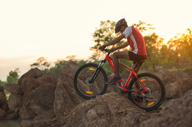 Andare in bicicletta lungo una pista sterrata con grandi rocce