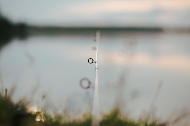 Anelli canna da pesca con sfondo sfocato