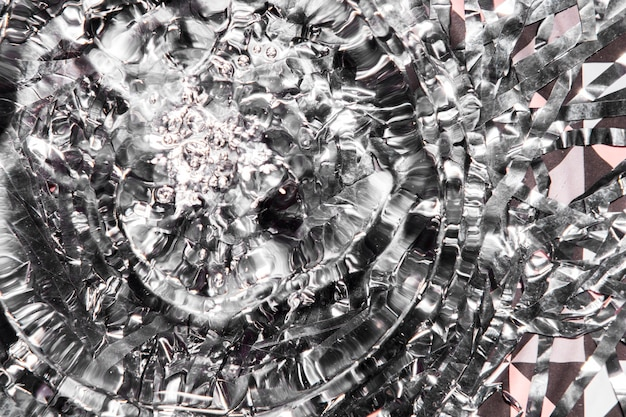 Anelli d'acqua da primo piano con diamanti frantumati d'argento